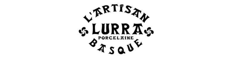 La vaisselle basque en porcelaine Lurra est fabriquée artisanalement au Pays Basque, à Fontarrabie. Cette vaisselle authentique se décline en plusieurs décors typiques tels que les rayures bleu et rouge ou encore la croix basque rouge, bleue ou verte.